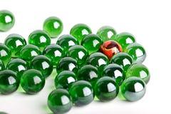 Gruppe Marmore des grünen Glases mit einer Orange Lizenzfreies Stockbild