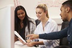 Gruppe Medien-Studenten, die auf Projekt zusammenarbeiten stockbild