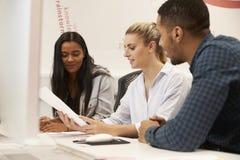 Gruppe Medien-Studenten, die auf Projekt zusammenarbeiten lizenzfreies stockfoto