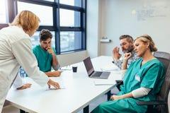 Gruppe medizinische Fachleute, die in der Sitzung gedanklich lösen stockfotos