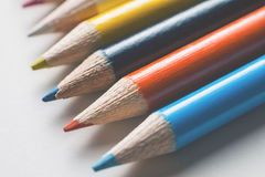 Gruppe mehrfarbige Bleistifte auf einer weißen Oberfläche Stockbild