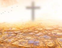 Gruppe, Mensch, Kreuz, betend, Anbetung, Bulrry-Kreuz, Konzept Herbst, Krone, geben, golden, das Anheben und erreichen, Sonnenunt Lizenzfreie Stockfotografie