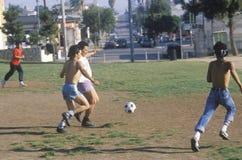 Gruppe mexiko-amerikanische junge Männer, die Fußball spielen lizenzfreies stockfoto