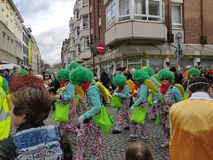 Gruppe mit dem grünen Haar auf Karnevalsparade stockbild