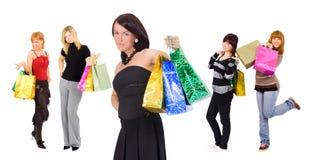 Gruppe mit fünf Einkaufenmädchen - stilvolles an der Frontseite stockfotos