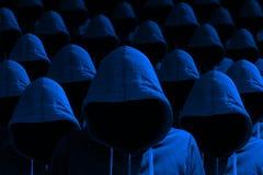 Gruppe mit Kapuze Häcker in blauem cybersecurity Konzept Lizenzfreie Stockfotos