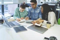 Gruppe Mitarbeiter, die über Unternehmensplanung sprechen Stockbilder