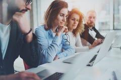Gruppe Mitarbeiter, die zusammen an neuer Geschäftsdarstellung am sonnigen Konferenzzimmer arbeiten horizontal Unscharfer Hinterg lizenzfreie stockbilder