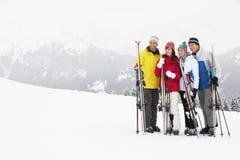 Gruppe mittlere gealterte Paare am Ski-Feiertag Stockfotos