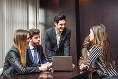 Gruppe multiethnische beschäftigte Leute, die in einem Büro arbeiten Lizenzfreie Stockbilder