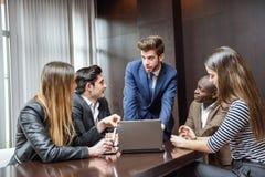 Gruppe multiethnische beschäftigte Leute, die in einem Büro arbeiten Stockbild