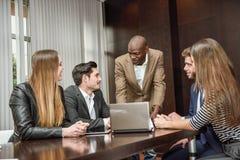 Gruppe multiethnische beschäftigte Leute, die in einem Büro arbeiten Lizenzfreie Stockfotos