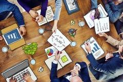 Gruppe multiethnische beschäftigte Leute, die in einem Büro arbeiten Stockbilder