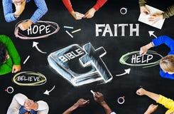 Gruppe multiethnische Leute, die über Bibel sich besprechen stockfotos