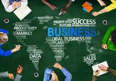 Gruppe multiethnische Leute, die das Geschäft global besprechen stockbilder