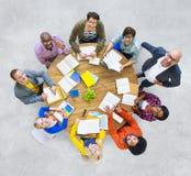 Gruppe multiethnische Leute, die oben schauen Stockbild