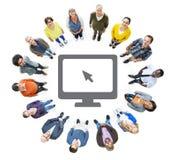Gruppe multiethnische Leute, die oben schauen Stockfoto