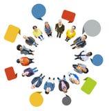 Gruppe multiethnische Leute, die oben schauen Lizenzfreie Stockfotos