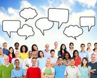 Gruppe multiethnische Leute mit leerer Sprache-Blase Lizenzfreie Stockfotografie