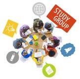 Gruppe multiethnische Studenten, die mit Sprache-Blasen studieren Stockfotografie