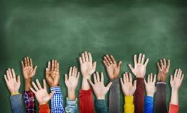 Gruppe multiethnische verschiedene Hände angehoben Lizenzfreie Stockfotografie