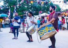 Gruppe Musiker, die dem Publikum während einer Replik eines portugiesischen mittelalterlichen Festivals zujubeln lizenzfreie stockbilder