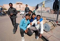 Gruppe Musiker mit den Trommeln, die auf der Straße possing sind Lizenzfreie Stockfotos