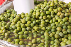 Gruppe natürliche grüne Oliven stockbilder