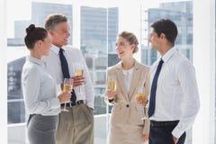 Gruppe nette Geschäftsleute, die ihre Flöten des Champions klirren Lizenzfreie Stockfotografie