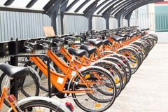 Gruppe orange Fahrräder noch in der Lagerung Lizenzfreie Stockbilder