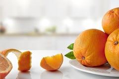 Gruppe Orangen auf einer Platte und horizontalen einer Zusammensetzung der Abschnitte Stockbilder