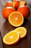 Gruppe Orangen auf einer Tabelle Lizenzfreie Stockbilder