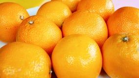 Gruppe Orangen auf weißer Platte lizenzfreies stockbild