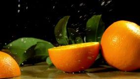 Gruppe Orangen mit Blättern auf hölzernen Brettern stock video footage