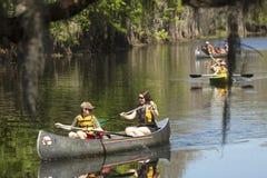Gruppe Paddlers, die auf Schindel-Nebenfluss in Kissimmee, blumig canoeing sind lizenzfreies stockfoto