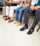 Gruppe Patienten im Warteraum lizenzfreie stockfotos