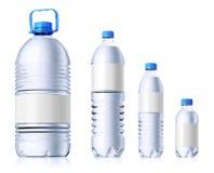 Gruppe Plastikflaschen mit Wasser. Isolatedon wh Stockfotografie