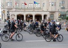 Gruppe Polizei auf Fahrrädern Stockfotografie