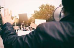 Gruppe Protestierender, die an der Straße gehen lizenzfreies stockbild