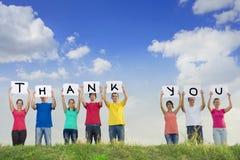Gruppe Rechtschreibung der jungen Leute danken Ihnen Stockbilder
