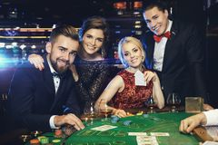 Gruppe reiche Leute spielt Poker im Kasino stockfotografie