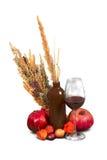 Gruppe reife Granatäpfel mit Unkräutern Lizenzfreies Stockfoto