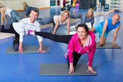 Gruppe reife Leute, die auf Sportmatten trainieren Lizenzfreies Stockbild
