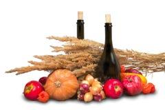 Gruppe reife rote und orange Obst und Gemüse mit Flaschen Stockbilder