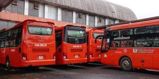 Gruppe Reisebusse warten zur neuen Reise lizenzfreie stockfotos