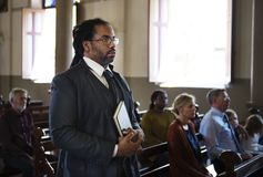 Gruppe religiöse Leute in einer Kirche stockfotografie