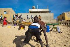 Gruppe Ringkämpfer, die auf dem Strand in Senegal ausbilden Lizenzfreies Stockbild