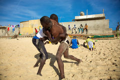 Gruppe Ringkämpfer, die auf dem Strand in Senegal ausbilden Stockbild