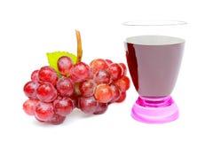 Gruppe rote Traube und Traubensaft lokalisiert auf weißem Hintergrund Lizenzfreies Stockfoto