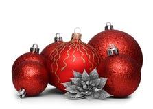 Gruppe rote Weihnachtsbälle auf weißem Hintergrund Stockbilder